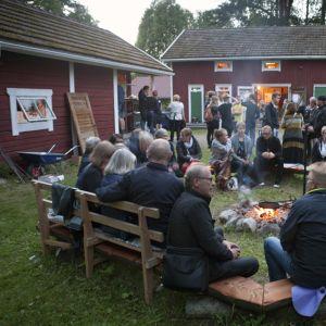 Tunnelmia Kuhmon Kamarimusiikki -festivaalin iltanuotiolta.