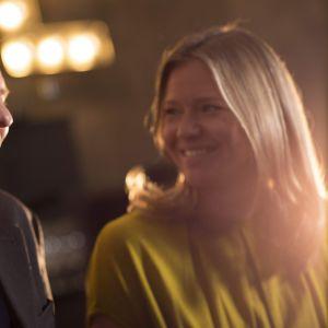 mårten svartström och sonja kailassaari skrattar