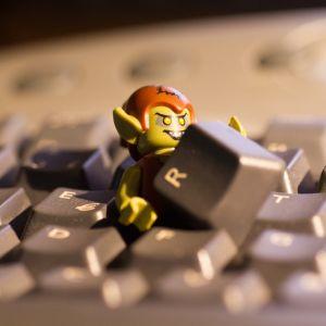 Ett elakt troll kommer ut ur datorns tangentbord