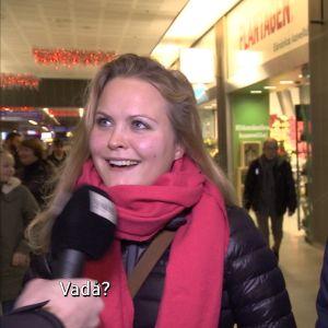 """Två kvinnor i Kampen och texten """"Vadå?"""""""