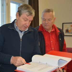 Kaptener i.a. Seppo Berghäll, Sven Nordlund och Hans Wikström granskar de militära formuleringarna i manuskriptet till Okänd soldat.