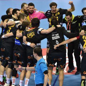 Spanien firar seger i semifinalen mot Kroatien i handbolls-EM 2016.