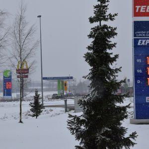 Bensinen kostar lika mycket vid två bensinstationer i Gloms, Esbo.