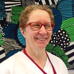 Sjuksköterskan Kristiina erikoinen ser glad ut
