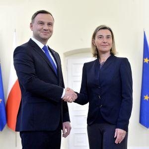 Polens president Andrzej Duda ( här tillsammans med EU:s utrikespolitiska representant Frederica Mogherini ) hör till de EU-ledare som har krävt att sanktionerna mot Ryssland förlängs