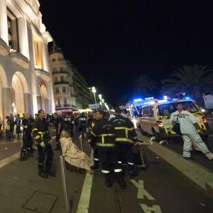Räddningspersonal tar hand om en skadad utanför ett kasino.