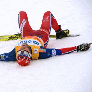 Martin Johnsrud Sundby utmattad efter skidlopp.