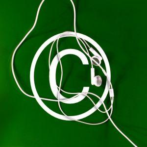 Bilden föreställer ett vitt C omgivet av en cirkel samt vita hörlurar mot grön bakgrund.