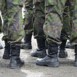 Fötterna (iklädda kängor) på ett gäng rekryter.