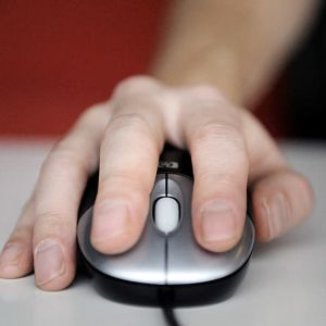 Hand på datormus.
