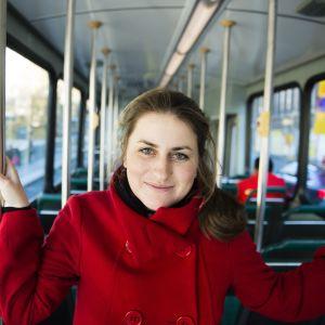 Taiteilija Kateřina Šedá tuo ratikoihin katusoittajia.