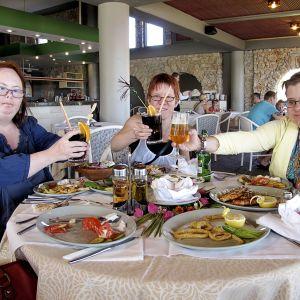 Sonja, Kata ja Sanna humputtelevat Rodoksella.