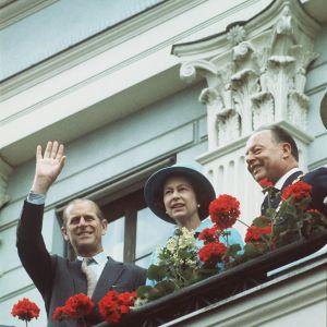Prinssi Philip, kuningatar Elisabet ja ylipormestari Teuvo Aura kaupungintalon parvekkeella.