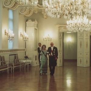 Englannin kuningatar Elisabet II ja prinssi Philip virallisella vierailulla Suomessa. Illalliset presidentinlinnassa, presidentti Urho Kekkonen saattaa kuningatar Elisabet II:n sisään, prinssi Philip seuraa jäljessä.