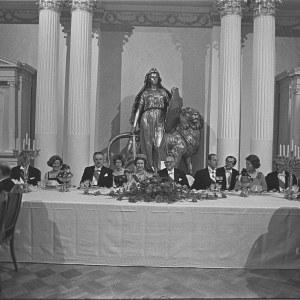 Juhlaillalliset presidentinlinnassa: varapuhemies Veikko Helle, kuningatar Elisabet II, presidentti Urho Kekkonen, prinssi Philip ja pääministeri Martti Miettunen illallispöydässä.