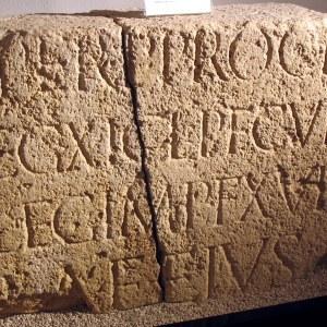 Latinankielistä kirjoitusta kivessä
