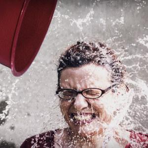 Nainen saa ämpoäristä vettä päälleen.