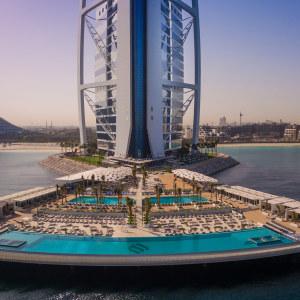Lyxhotellet Burj Al Arab i Dubai med sin finskbyggda terrass.