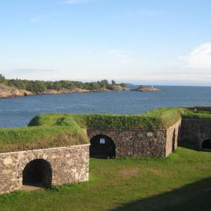 Suomenlinnan linnoitusmuureja ja merta kesällä Kustaanmiekan kohdalta.
