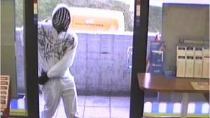 Polisens bild av en man som försöker råna en R-kiosk i Södrik