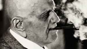 Jean Sibelius polttaa sikaria.