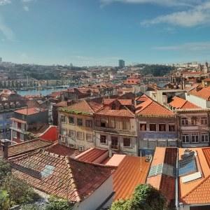 Yleisnäkymä Portosta, taloja, kattoja ja takana joki.