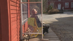 en man bakom ett vindskydd