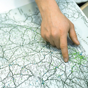 Käsi osoittaa paikkaa kartalla.