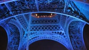 Eiffel-torni alhaalta kuvattuna.