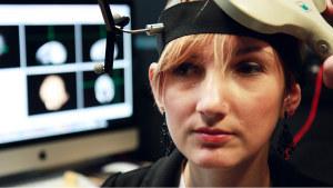 Anoreksiasta kärsivän Ffionin kielteistä suhtautumista ruokaan yritetään muuttaa aivojen magneettisimulaatiolla.