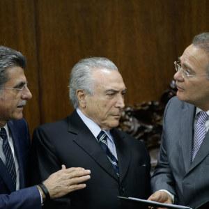 """Brasiliens president Michel Temer talar med sin """"högra hand""""  Romero Jucá (tv) och med senatens talman Rena Calheiros (th)"""