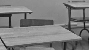 Pulpeter i ett klassrum, svartvit