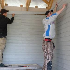 Två byggarbetare bygger.