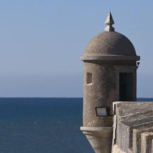 Linnoitustorni meren äärellä