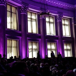 Helsingfors universitets festsal i lila belysning.