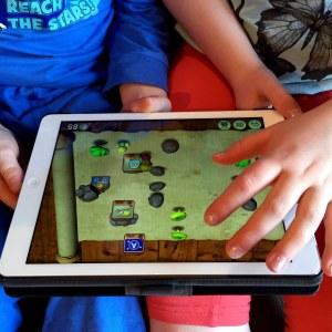 Lapset pelaavat Ipadilla