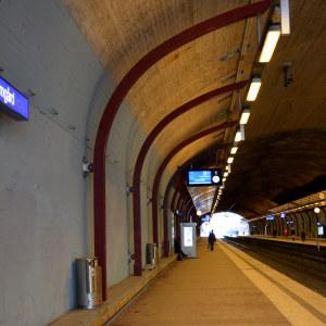 Tågstation i tunnel.