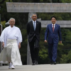 USA:s president Barack Obama beledsagas av Japans premiärminister Shinzo Abe under ett besök i shintohelgedomen i Ise
