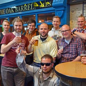 Att klockan är sju på morgonen stoppar inte ivern. Joonas Holviala (i mitten, med ölen) har svensexa och vet inte ännu vart resan bär.