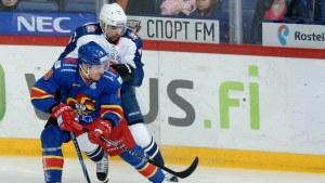 Niklas Hagman kämpar om pucken med en Torpedo-spelare i KHL-slutspelet.