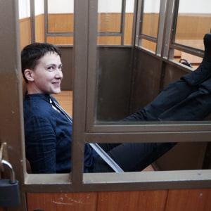 Nadija Savtjenko inför domstolen i Rostov vid Don i södra Ryssland 22.3.2016