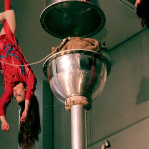Riikka Pentinsaari ja Pinja Shönberg avaavat siemensäiliön ilma-akrobatiaesityksessään