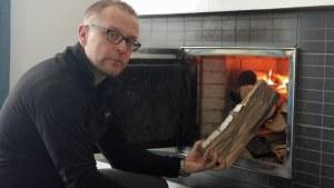 Mattias Levälahti eldar i spisen.