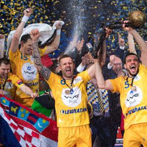 Grzegorz Tkaczyk och Michal Jurecki lyfter CL-bucklan.