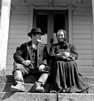 Matti (Leo Jokela) ja Liisa (Anja Pohjola) juna-aseman portailla.