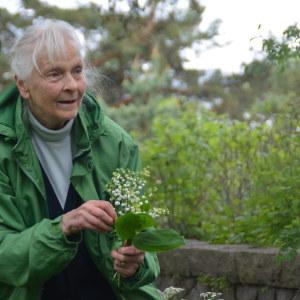 Konstnären Irmelin Sandman-Lilius med konvaljer i sin trädgård i Hangö.
