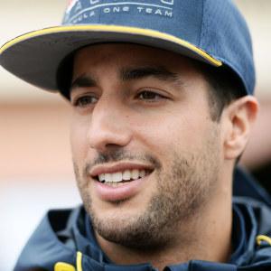 Formel 1-förare i närbild under intervju.