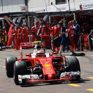 Formel 1-bil på väg från depån.