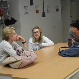 Mirjam Heir vid ett bord med tre unga