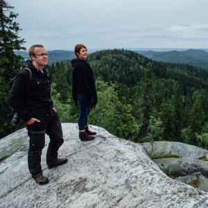 Mies ja nainen ihailemassa Kolilla avautuvaa maisemaa.